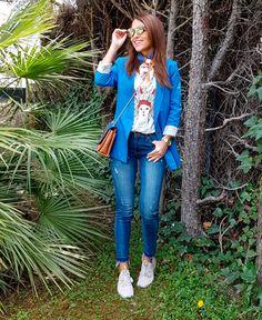 Tras la pista de Paula Echevarría » EL GATO CON PLUMAS. White graphic t-shirt+skinny jens+white sneakers+blue blazer+camel printed crossbody bag+printed neck scarf+sunglasses. Spring Casual Outfit 2017