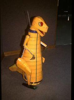Dinosaurio radiodirigido. Caminaba en todas las direcciones y abría y cerraba la boca emitiendo sonidos