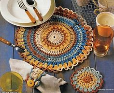 A plethora of crochet placemats. In French with charts Crochet Placemats, Crochet Potholders, Crochet Doilies, Crochet Coaster, Crochet Fall, Crochet Round, Irish Crochet, Crochet Pour Halloween, Crochet Motif
