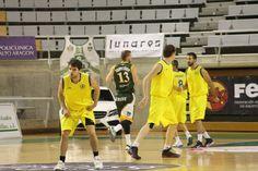 Los jugadores del CB Valladolid se preparan para defender un ataque rival