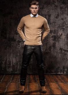 guys in leather pants. Leather Jeans Men, Tight Leather Pants, Leather Trousers, Men's Leather, Leather Jackets, Mode Masculine, Mens Fashion Sweaters, Moda Casual, Leather Fashion