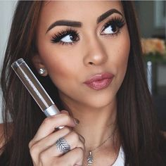 Beauty blogger @valelorenbeauty loves the texture that #WUNDERBROW gives her eyebrows...and so will you! ✨ (in Black/Brown!)
