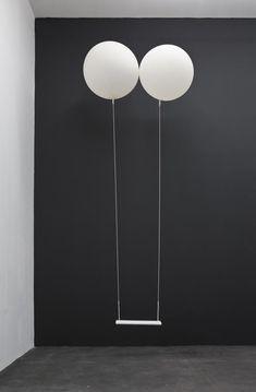 das wäre ja lustig (vor allem für den Dreh). Ballons oben an der Schaukel.: