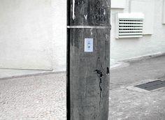 Interruptores para poste de luz: Reprodução fotográfica de interruptor de luz afixada em postes da cidade: http://poro.redezero.org/intervencao/interruptores-para-poste-de-luz/