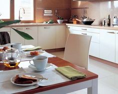Una cálida cocina con office