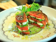 A Chef Luiza Hoffmann sabe transformar ingredientes simples em refeições deliciosas e super leves, como o Veg Tomato Burger.