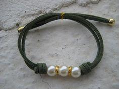 Pulsera con perlas y cordón de ante en verde oscuro // Bracelet with pearls and dark green  lace