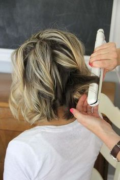 beach waves for short hair. Pinning for the colour, love it! beach waves for short hair. Pinning for the colour, love it! Beach Waves For Short Hair, How To Curl Short Hair, Beach Wave Hair, Curling Short Hair, Loose Curls Short Hair, Diy Hair Waves, Short Haircut, Short Bob Hairstyles, Cool Hairstyles