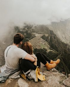 fotos Best Romantic Proposal Love Quotes For Her Hiking Photography, Couple Photography Poses, Love Photography, Couple Photoshoot Poses, Pre Wedding Photoshoot, Photoshoot Fashion, Machu Picchu, Travel Pictures, Travel Photos