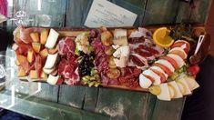 La Prosciutteria Navona  aglieri di salumi e formaggi di ogni tipo, accompagnati da pane casereccio e da un bel calice di vino o boccale di birra in un' allegra cantina
