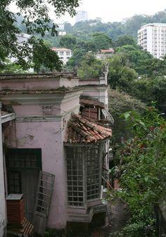 Casa onde morou o pintor Cândido Portinari, na década de 1940, na rua Cosme Velho, 343. O prédio está fechado há anos, esperando um acordo entre os donos e a Prefeitura para o pagamento de dívidas do IPTU
