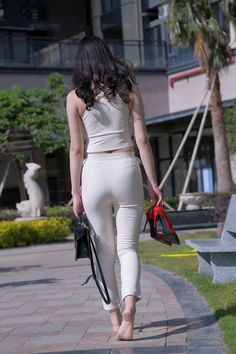 Things Girls Have To Know in Wear While Flying - Your Cuties Girls In Leggings, Girls Jeans, Actrices Sexy, Look Girl, Sexy Skirt, Sexy Jeans, Beautiful Asian Women, Comfortable Outfits, Summer Outfits