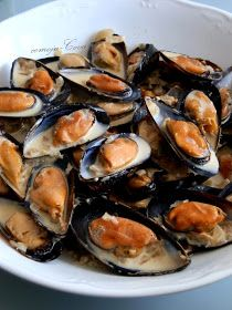 Mejillones Bretones, con Nata al Vino / Moules à la Crème / Mussels with White… Seafood Dishes, Fish And Seafood, Seafood Recipes, My Favorite Food, Favorite Recipes, Mussels, Food Preparation, Oysters, Tapas