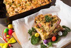 Velikonoční nádivka je klasika a uzené maso v ní nesmí chybět. Z bylinek můžete sáhnout po vaší oblíbené. Skvěle se hodí čerstvý medvědí česnek nebo kopřivy. #nadivka #velikonoce #velikonocnipohosteni #tradicnirecepty #tradice #uzene #uzenemaso #jarninadivka #medvedicesnek #koprivy Salmon Burgers, Ethnic Recipes, Food, Essen, Meals, Yemek, Eten