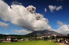 Вулкан Сакурадзима -   Путешествуем вместе Японский вулкан Сакурадзима (Sakurajima) – из тех, которые «не спят». Этот стратовулкан на полуострове Осуми острова Кюсю входит в десятку самых опасных на Земле, наряду с такими известными всем вулканами, как Этна и Везувий.