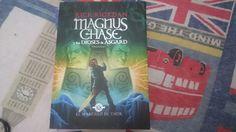 """""""Magnus Chase y los dioses de Asgard"""" escrito por Rick Riordan."""