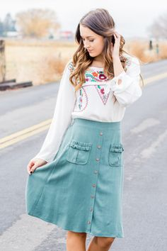 Skya Button Front Skirt button-front-detail-ruffle-pocket-knee-length-skirt-teal-blue-green Classic Outfits, Casual Outfits, Classic Clothes, Button Front Skirt, Online Clothing Boutiques, Trendy Clothes For Women, Comfy Casual, Fall Wardrobe, Everyday Outfits