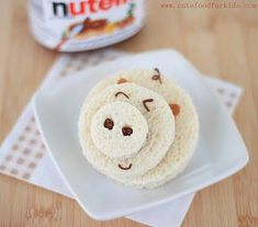 This piggy is a Nutella sandwich. Cut 3 circles in 3 different sizes. Spread nutella on back of circles and assemble. Put some Nutella in a small baggy and snip the corner of the bag off. Pipe on facial deas and tail. Cute Food, Good Food, Yummy Food, Little Lunch, Toddler Lunches, Edible Crafts, Food Humor, Kid Friendly Meals, Creative Food