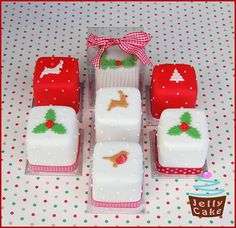 Mini Christmas Cakes discovered by Janice on We Heart It Mini Christmas Cakes, Christmas Cake Designs, Christmas Deserts, Christmas Cake Decorations, Christmas Minis, Christmas Cooking, Christmas Goodies, Xmas Cakes, Jelly Cake
