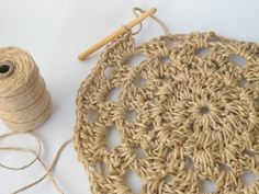 Have you noticed that natural jute decor is bang on trend right now? In this tutorial, you'll learn how to crochet the rounds and create a stunning contrast between the natural jute and metallic. Weaving Projects, Knitting Projects, Crochet Projects, Knitting Yarn, Knitting Patterns, Crochet Patterns, Crochet Home, Knit Crochet, Diy Bags Purses
