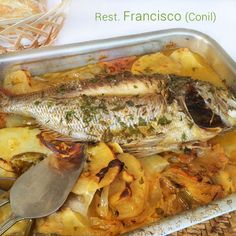 Esta receta de besugo al horno es la tradicional, con una cama de patatas que son la guarnición perfecta para el plato.
