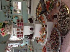 Mesa de postres para baby shower con mini pays de queso, whoopies, cakepops, fruta, pie de limón, pastelitos de chocolate, pastelitos de vainilla, tutsis con tamarindo, botana, quekitos de chocolate!!!