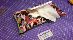 Cadeau du mois : tutoriel Crée ton étui à lingettes Baby Wipe Case, Wipes Case, Bullet Journal Cleaning, Sacs Tote Bags, Diy Sac, Techniques Couture, Co Design, Creation Couture, Baby Makes