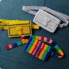 by :simple.vintage.j Beaded Purses, Beaded Bags, Beaded Jewelry, Diy Bags Purses, Diy Purse, Beaded Crafts, Jewelry Crafts, Pony Beads, Knitted Bags