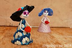 Cardboard and polystyrene balls make the perfect little doll to make for any Day of the Dead activity Fun Crafts For Kids, Projects For Kids, Fall Crafts, Halloween Crafts, Art For Kids, Art Projects, Halloween Stuff, Halloween Makeup, Halloween Costumes