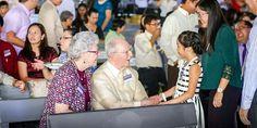 Denton e Janet Hopkinson conversando com uma menina Testemunha de Jeová                                                                                                                                                                                 Mais