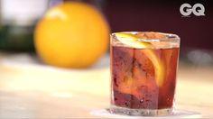 Em vídeo, Fabio La Pietra, bartender do SubAstor, ensina como fazer o clássico italiano negroni da maneira mais simples possível