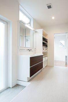 広々とした洗面脱衣室とサンルームは、キッチンのすぐ後ろに配置。左手前にある勝手口からは実家にも行ける。