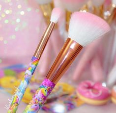 Aren't they a beauty @lisa_frank @glamourdollsmakeup brushes are just to pretty takes me back every time happy Saturday beauties ☀️