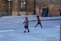 Bambini felici in via Ugo Bassi