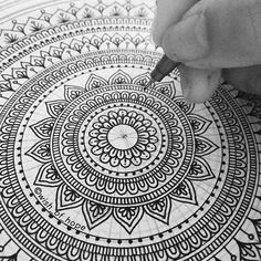 No photo description available. Mandala Doodle, Mandala Art Lesson, Mandala Artwork, Mandala Painting, Mandala Tattoo, Doodle Art Drawing, Mandala Drawing, Art Drawings, Mandala Sketch
