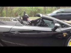 Batman anda en Lamborghini, minutos después fue detenido por estar flojo de papeles