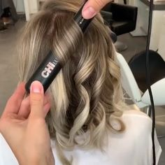 Amazing idea by Flat Iron Short Hair, Curling Hair With Flat Iron, Hair Curling Tips, Curl Hair With Straightener, Flat Iron Curls, How To Curl Hair With Flat Iron, Curling Short Hair, Hair Curling Techniques, Curling Hair With Straightner