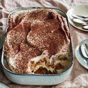 Kun kakku saa hetken odotella jääkaapissa, kahvin ja kermaisen täytteen maut imeytyvät ihanasti kekseihin.