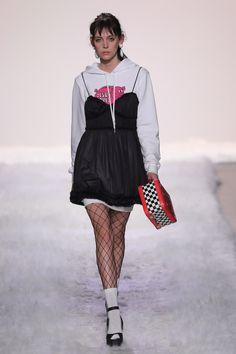 Jeremy Scott estampa símbolos religiosos em suas criações - Vogue | Desfiles
