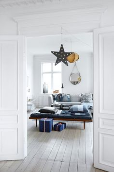 What's more Christmassy than Scandinavian Christmas interiors and decor? Every year I fancy about minimal decorations in Scandi style....but