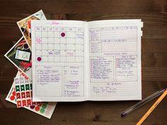 Несколько месяцев назад я открыла для себя Bullet journal — это система ведения ежедневника, придуманная веб-дизайнером Райдером Кэрроллом. Самое большое преимущество этого способа в том, что можно в своем блокноте реализовать любые идеи, ведь вы сами будете его разлиновывать. Для этого вам понадобится пустая тетрадь в клетку (либо специальный блокнот в точку), линейка и несколько ручек!