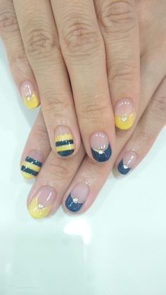 Nails inspired by bumblebee