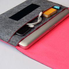 ホットピンク、Macbook Pro クラッチ感覚で持ち歩けるパソコンケース by Yaniv