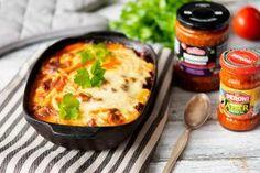 Moussaka on tuttu Kreikasta. Se on melkein kuin lasagne, mutta pastan sijaan ruoassa on perunaa ja munakoisoa. Munakoison sijaan voit käyttää ateriassa Euro-Eastin maahantuomaa munakoisoa chilikastikkeessa tai paprika-munakoisotahnaa. Tämä nopeuttaa ruoanvalmistusta ja saat herkullisen mehevän aterian. Jauhelihana voit käyttää karitsan- tai naudan jauhelihaa. Mashed Potatoes, Ethnic Recipes, Euro, Food, Lasagna, Red Peppers, Whipped Potatoes, Smash Potatoes, Essen