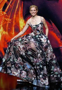 Fashion-Looks: Auch Elizabeth Banks musste aufpassen, nicht auf den Saum ihrer wunderschönen Blütenrobe von Elie Saab Couture zu treten.