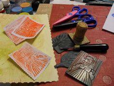 Grabando etiquetas con orilla decorada. Cover Art, Printmaking, Vinyls, Tags