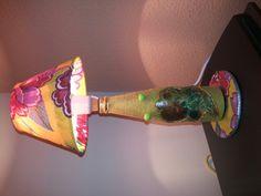 Abajur de garrafa de cerveja pequena decorada com barbante e decoupagem de papel vegetal decorado com cola gliter