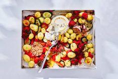 Traybake met ovengroenten & ricotta - Recept - Allerhande - Albert Heijn Vegetarian Recipes, Cooking Recipes, Healthy Recipes, Healthy Food, Tray Bakes, Oatmeal, Good Food, Cheese, Dinner
