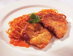 Die Kalbsschnitzel dünn ausklopfen, mit Salz sowie Pfeffer würzen und in Mehl wenden. Die Eier mit Parmesan und Petersilie vermischen und die