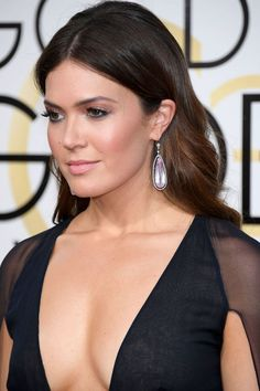 Mandy Moore's red carpet hair and make-up with her Naeem Khan gown and Neil Lane jewels at the 2017 Golden Globe Awards.  Photo: Getty